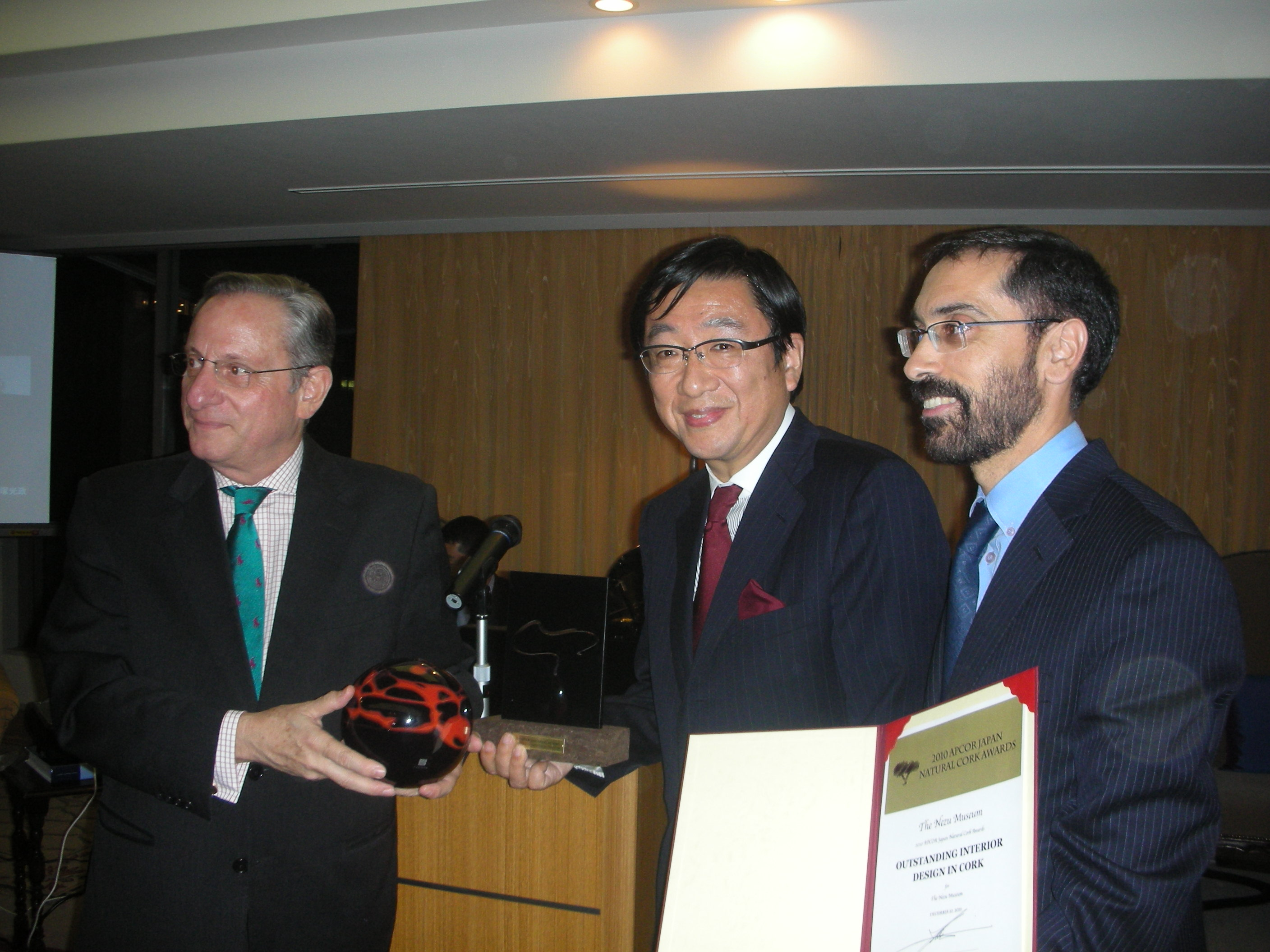 His Excellency the Ambassador of Portugal in Japan João Pedro Zanatti (left) presents award to Nezu Museum Director Koichi Nezu (center) at awards ceremony. Also in picture: APCOR Campaign Representative in Japan Paulo Trancoso (right)